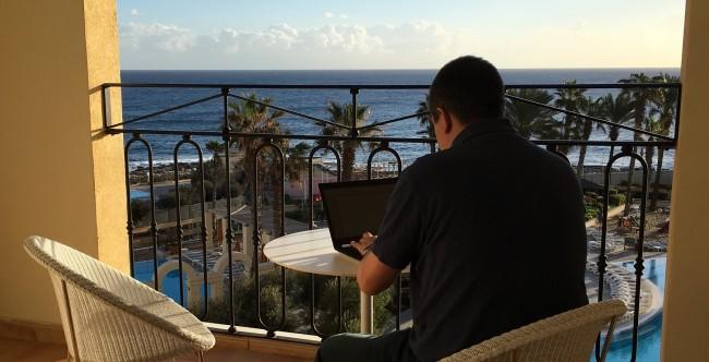 Magnus Bråth skriver om sökmotoroptimering på en balkong på Malta